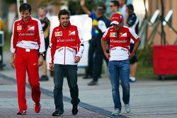 De izquierda a derecha: Massimo Rivola, director deportivo de Ferrari con Fernando Alonso y Felipe Massa,