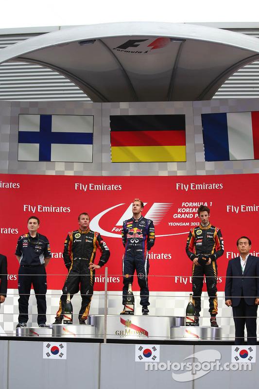 primeiro colocado Sebastian Vettel, Red Bull Racing, segundo colocado Kimi Raikkonen, Lotus F1 Team e terceiro colocado Romain Grosjean, Lotus F1 E21