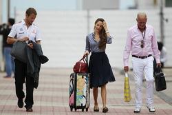 Jenson Button, McLaren con su novia Jessica Michibata, y su padre John Button