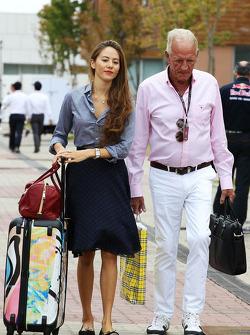 Jessica Michibata y John Button
