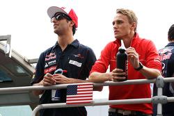 (L naar R): Daniel Ricciardo, Scuderia Toro Rosso en Max Chilton, Marussia F1 Team bij de rijdersparade