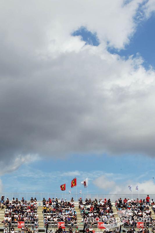 Fãs e bandeiras Ferrari