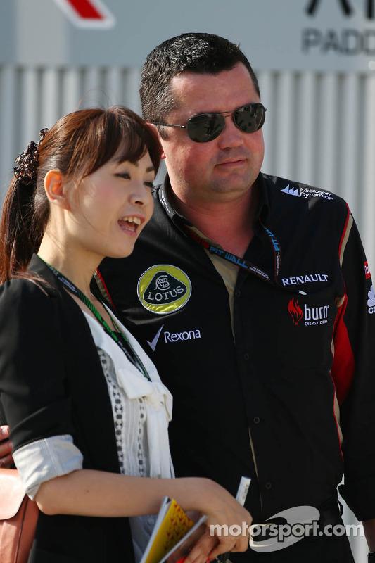 Eric Boullier, chefe da equipe Lotus F1 com um ventilador