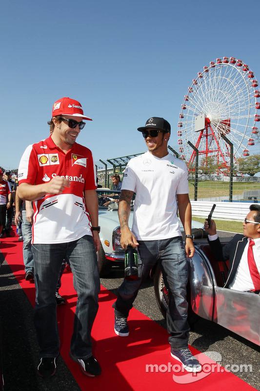 (Da esquerda para direita): Fernando Alonso, Ferrari and Lewis Hamilton, Mercedes AMG F1 , no desfil