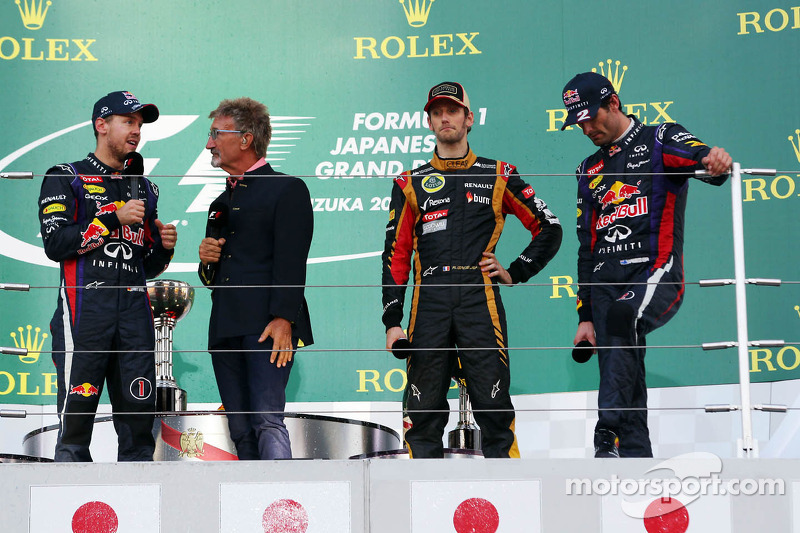 (L naar R): racewinnaar Sebastian Vettel, Red Bull Racing op het podium met Eddie Jordan, BBC-expert, de als derde geklasseerde Romain Grosjean, Lotus F1 Team, en de als tweede gefinishte Mark Webber, Red Bull Racing