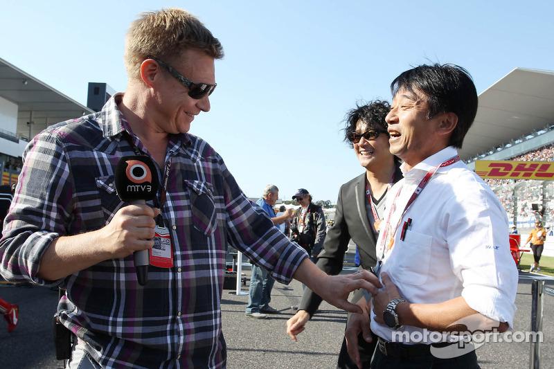 (L to R): Mika Salo, with Ukyo Katayama, on the grid