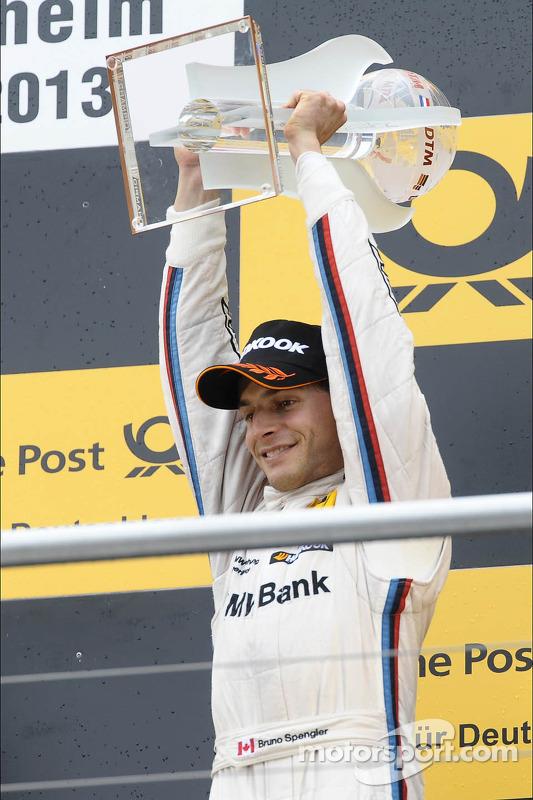 terceiro colocado no campeonato Bruno Spengler, BMW Team Schnitzer, com o troféu