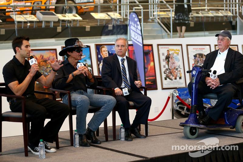 2014 NASCAR Hall of Fame inductee Maurice Petty met Richard Petty en Aric Almirola