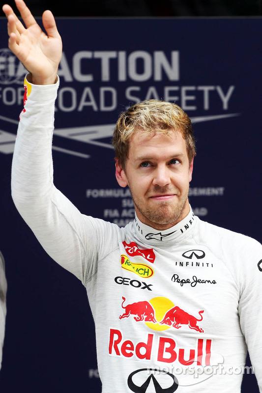 Sebastian Vettel, Red Bull Racing comemora sua pole position no parque fechado