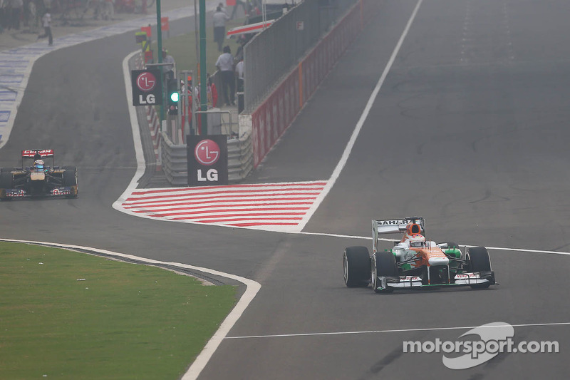 Paul di Resta, Sahara Force India VJM06 and Jean-Eric Vergne, Scuderia Toro Rosso STR8 pit at the end of lap one
