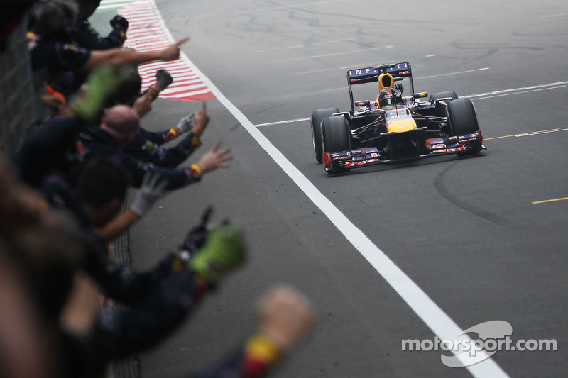 Ganador de la carrera y Campeón del Mundo Sebastian Vettel, Red Bull Racing RB9 celebra con el equipo al final de la carrrera