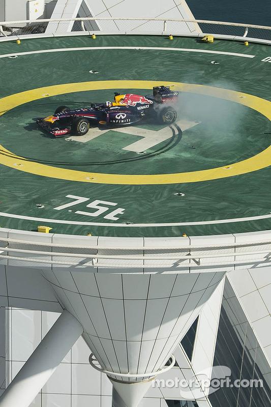 David Coulthard faz donuts no heliponto Burj Al Arab