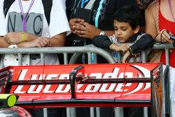 Um jovem fã olha o McLaren MP4-28