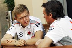 (Da esquerda para direita): Kevin Magnussen, piloto de testes da McLaren, com Sam Michael, diretor esportivo da McLaren