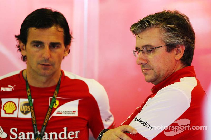 (L naar R): Pedro De La Rosa, Ontwikkelingsrijder Ferrari met Pat Fry, Ferrari Deputy Technical Dire