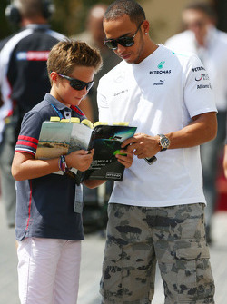Lewis Hamilton, Mercedes AMG F1 assina autógrafo para os fãs