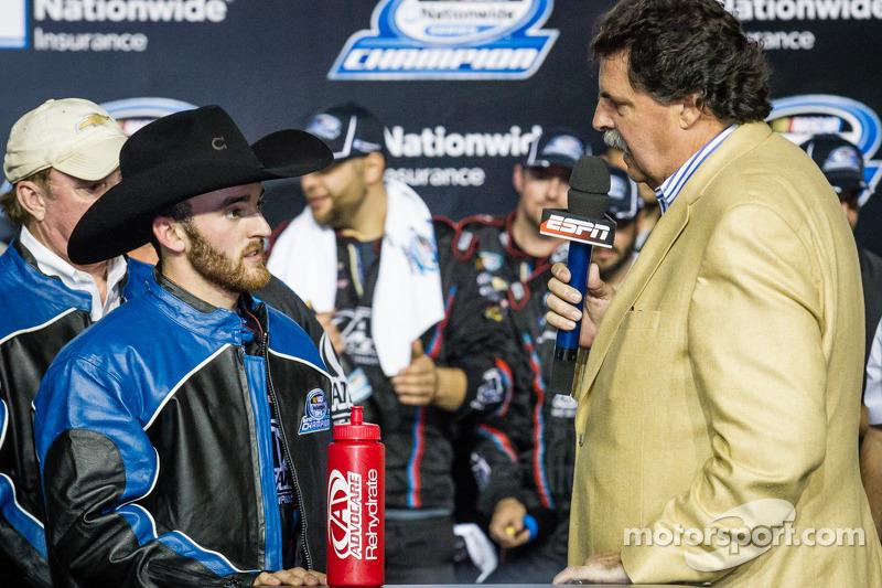 Championship victory lane: NASCAR Nationwide Series 2013 kampioen Austin Dillon met Mike Helton