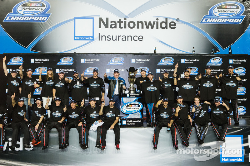 Championship victory lane: NASCAR Nationwide Series 2013 kampioen Austin Dillon viert feest met Richard Childress en zijn crew