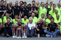 El ganador de la carrera Sebastian Vettel, del equipo Red Bull Racing y su co-equipero y tercer lugar Mark Webber festejan con el equipo