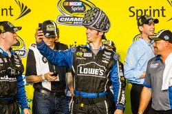 Championship victory lane: Hendrick Motorsports crew viert feest