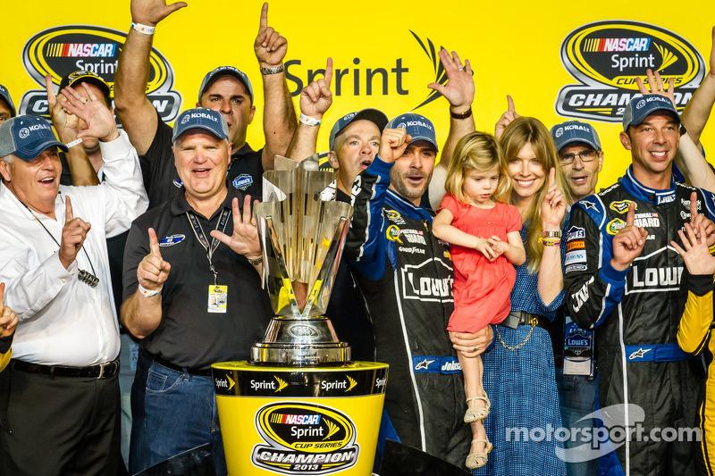 Championship victory lane: NASCAR Sprint Cup Series 2013 kampioen 2013 Jimmie Johnson, Hendrick Motorsports Chevrolet met vrouw Chandra en zijn team