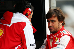 (L naar R): Andrea Stella, Ferrari Race Engineer met Fernando Alonso, Ferrari