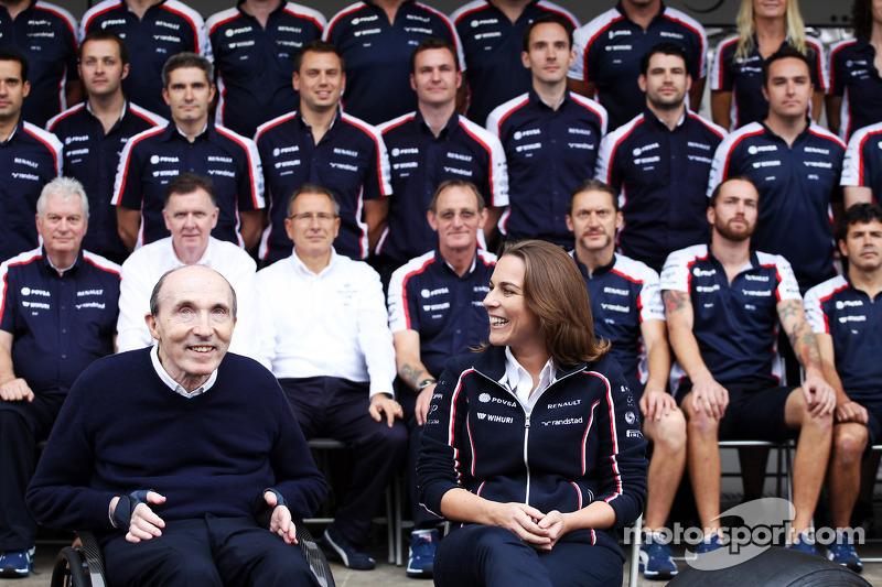 (L naar R): Frank Williams, Eigenaar Williams en Claire Williams, Adjunct-teambaas Williams op de teamfoto
