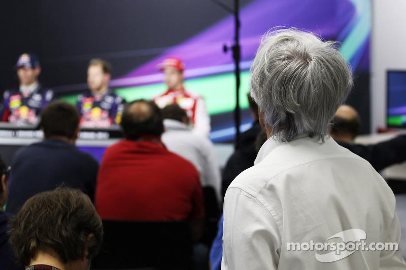 Bernie Ecclestone, CEO Formula One Group, bekijkt de FIA-persconferentie