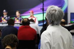 Bernie Ecclestone, CEO do Formula One Group, observa a Conferência de Imprensa da FIA