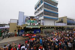 O pódio: Mark Webber, Red Bull Racing, segundo; Sebastian Vettel, Red Bull Racing, vencedor; Fernand