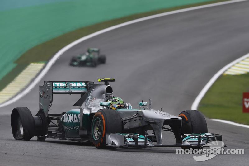 Lewis Hamilton, Mercedes AMG F1 W04 con un neumático trasero pinchado