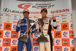 GT500 vencedor Koudai Tsukakoshi and GT300 winner Daiki Sasaki