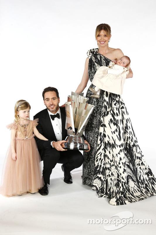 campeão de 2013 Jimmie Johnson, sua esposa Chandra, e as filhas Genevieve Marie e Lydia Norriss