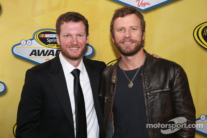 Dale Earnhardt Jr. en musikant Dierks Bentley