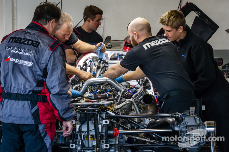 SpeedSource Mazda, membri del team al lavoro