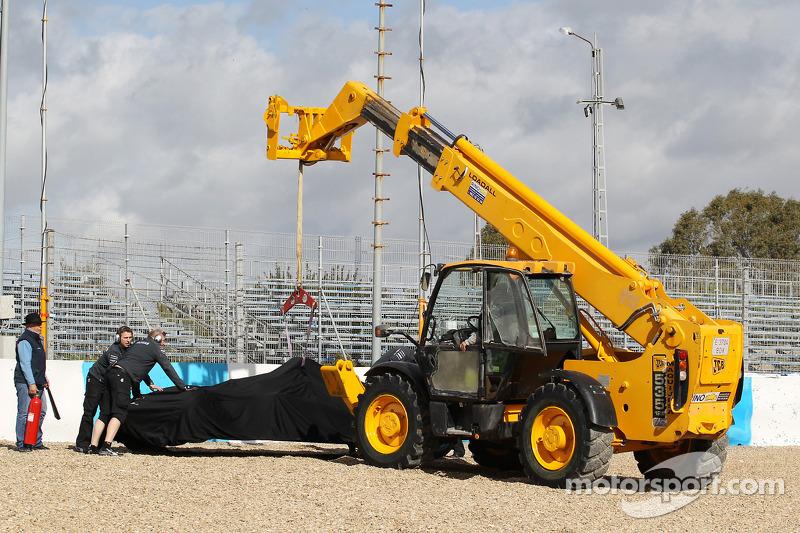 La Mercedes AMG F1 W05 di Lewis Hamilton, Mercedes AMG F1 viene portata via dopo l'incidente alla pr
