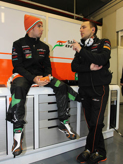 (Da sinistra a destra): Sergio Perez, Sahara Force India F1 con Gianpiero Lambiase, Sahara Force India F1 Ingegnere