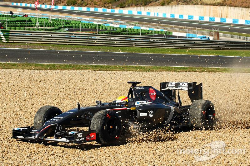 Sergio Perez, Sahara Force India F1 VJM07, finisce largo nella via di fuga