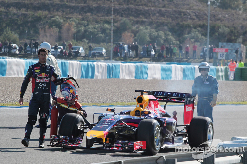 Daniel Ricciardo, Red Bull Racing RB10 pistte duruyor