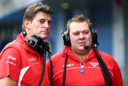 (从左至右): 格雷厄姆·洛登, 玛鲁希亚 F1车队 首席执行官 和 戴夫·格林伍德, 玛鲁希亚 F1车队 比赛工程师