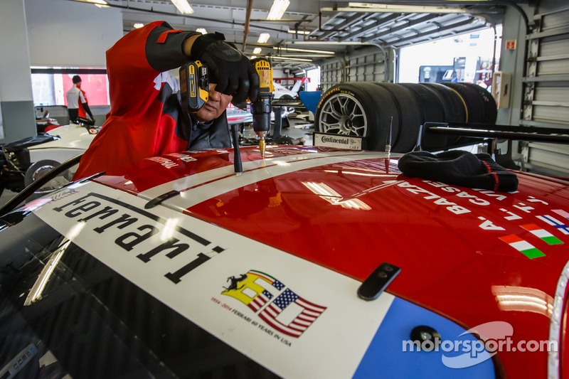 Die Installation der 360-Grad-Kamera von Motorsport.com am #63 Scuderia Corsa Ferrari 458 Italia