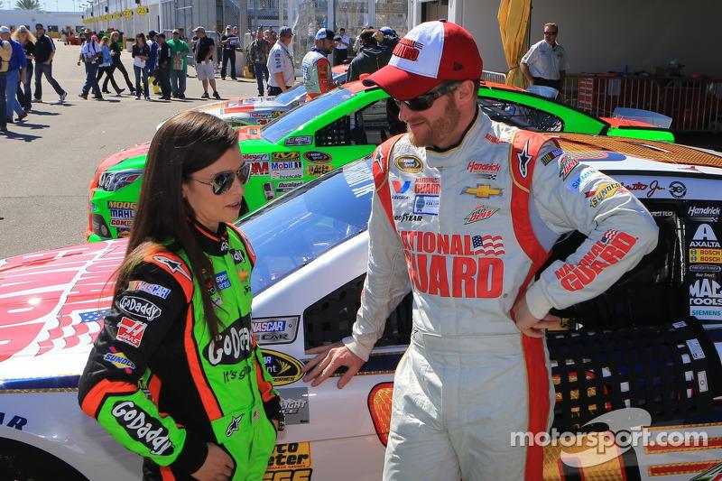 Danica Patrick, Stewart-Haas Racing Chevrolet ve Dale Earnhardt Jr., Hendrick Motorsports Chevrolet