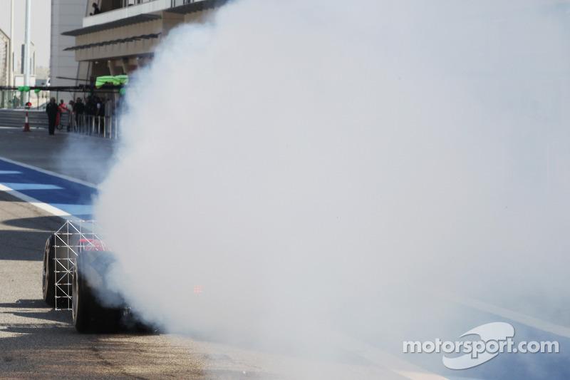 Fernando Alonso, Ferrari F14-T sensörlerle birlikte pistte ve aracından dumanlar çıkıyor