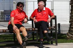 (Da sinistra a destra): Graeme Lowdon, Marussia F1 Team Amministratore Delegato con John Booth, Marussia F1 Team Team Principal