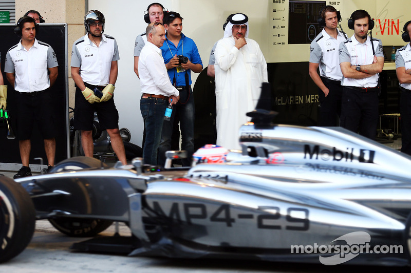 Jenson Button, McLaren MP4-29 guardato dallo sceicco Mohammed bin Essa Al Khalifa, Amministratore Delegato del Bahrain Economic Development Board