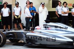 迈凯轮MP4-29车手简森·巴顿的赛车正在被巴林经济发展署CEO谢赫·默罕默德·本·埃萨·阿尔·哈利法观察