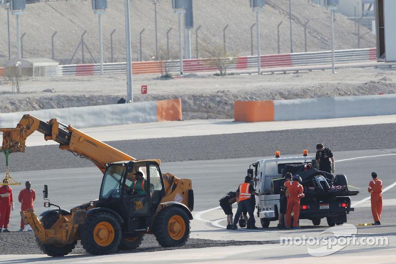 La Lotus F1 E22 di Pastor Maldonado, Lotus F1 Team viene portata di nuovo ai box sul retro di un cam