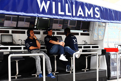(Da sinistra a destra): Felipe Massa, Williams e il compagno di squadra Valtteri Bottas, Williams sul muretto