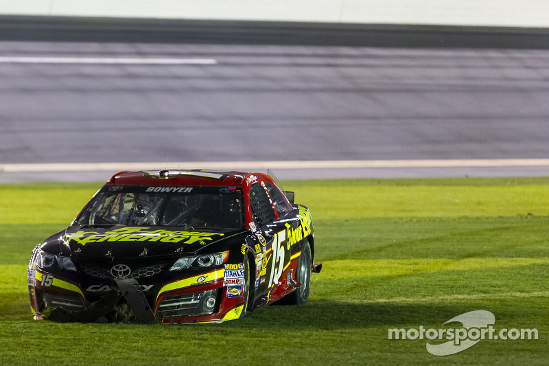 Problemi per Clint Bowyer, Michael Waltrip Racing Toyota