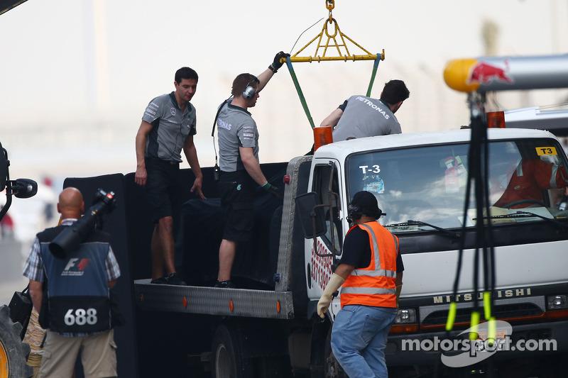La Mercedes AMG F1 W05 di Lewis Hamilton, Mercedes AMG F1 viene porata di nuovo ai box sul retro di